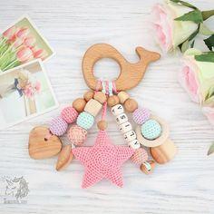 Грызунок-погремушка для маленькой принцессы❤ Выполнен вручную из можжевельника, бука и 100% хлопка. Цена с латинскими буквами 1100р. Для заказа пишите мне в what's app или direct Crochet Bebe, Crochet Toys, Handmade Baby Gifts, Wooden Baby Toys, Newborn Toys, Wood Bead Garland, Baby Teethers, Homemade Toys, Newborn Crochet