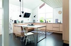 Kom med indenfor i træhuset i Stord, der ligger på en fjeldside med udsigt over fjorden. Køkkenet i hvidtonet eg er fra JKE Design.