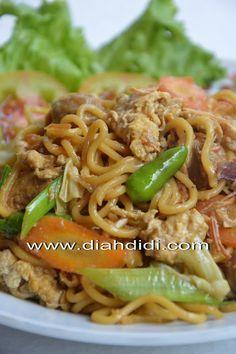 Diah Didi's Kitchen: Mie Goreng Jawa Mie Goreng Recipe, Javanese Recipe, Mie Noodles, Prawn Noodle Recipes, Kitchen Recipes, Cooking Recipes, Diah Didi Kitchen, Indonesian Cuisine, Indonesian Recipes
