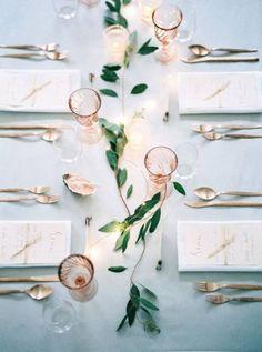 Décoration de table de mariage avec du lierre