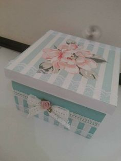Just like my hand made boxes - decorated with wall paper. Just like my hand made boxes - decorated with wall paper. Decoupage Vintage, Decoupage Box, Shabby Chic Boxes, How To Make Box, Tea Box, Pretty Box, Craft Bags, Altered Boxes, Jewellery Boxes