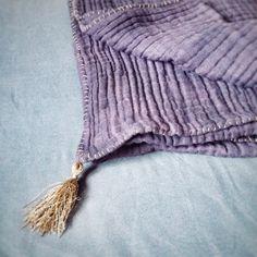coś nowego dla MALUCHÓW ♥️  Kocyk&ręcznik dziecięcy  z 6-warstwowej marszczonej gazy   Rozmiary :120x120cm, 100x100cm, 45x45cm, 30x30cm  100%cotton, ręcznie barwione, złote lub srebrne wykończenie, dobrze chłonie wodę  #siwczakhome #handmade #babyblanket #babytowel #cotton #gauze