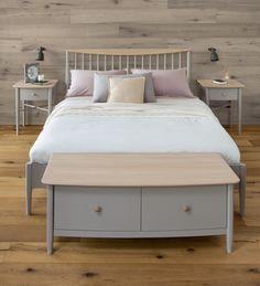 Elise Bedroom range: double size slat bed, blanket chest, 2 bedside chest 1drawer / Elise Bedroom kolekcija: dvigulė lova, patalynės dėžė, 2 spintelės prie lovos su stalčiumi.