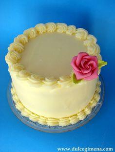 Layer cake al kirsch con ganache de chocolate blanco y cerezas confitadas.