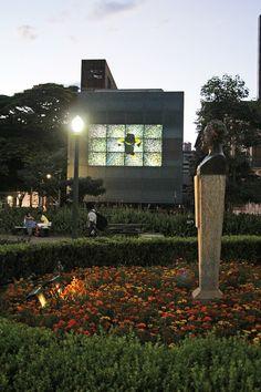 O Museu do Instante foi uma intervenção cultural na Praça da Liberdade que buscou desconstruir a ideia do museu tradicional para reconstruí-lo na escala urbana. http://www.dobraoficina.com/projetos/museudoinstante