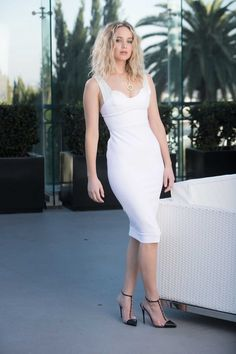 Jennifer Lawrence promotes Red Sparrow in a white Victoria Beckham dress Kentucky, Jennifer Lawrence Feet, Jennifer Laurence, Actrices Hollywood, Beautiful Celebrities, My Idol, White Dress, Bodycon Dress, Celebs