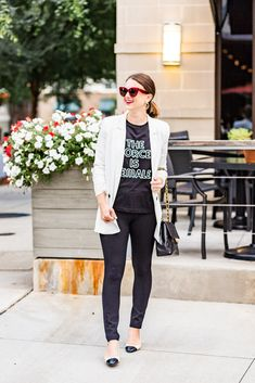 f028e47c0471 A graphic tee and white blazer Fall Fashion Outfits, Spring Outfits Women,  Mom Outfits