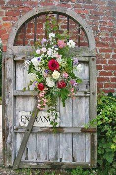 Vieja puerta con rosas