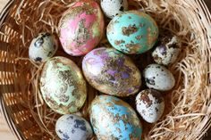 diy easter decoration: golden marbled easter eggs and quail eggs // diy osterdeko: mit blattgold marmorierte ostereier und wachteleier im nest