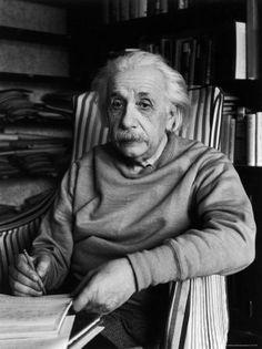 """""""Eu acredito na intuição e na inspiração. A imaginação é mais importante que o conhecimento. O conhecimento é limitado, enquanto a imaginação abraça o mundo inteiro, estimulando o progresso, dando à luz à evolução. Ela é, rigorosamente falando, um fator real na pesquisa científica"""".    Albert Einstein"""