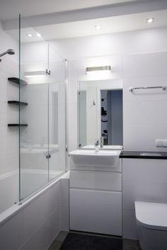 jasna łazienka z wanną