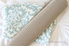 Rug Tutorial Thrifty and Chic - DIY Projects and Home Decor - diy rug from fabric & shelf liner.Thrifty and Chic - DIY Projects and Home Decor - diy rug from fabric & shelf liner. Tapetes Diy, Diy Tisch, Diy Home Decor Projects, Decor Ideas, Decor Diy, Fabric Rug, Fabric Decor, Creation Couture, Carpet Flooring