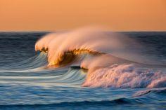 Il capture des vagues absolument sublimes grâce à la longue exposition, une invitation au plongeon. David Orias