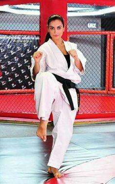 Female Martial Artists, Martial Arts Women, Karate Girl, Art Women, Kendo, Aikido, Women's Feet, Figure Drawing, Barefoot