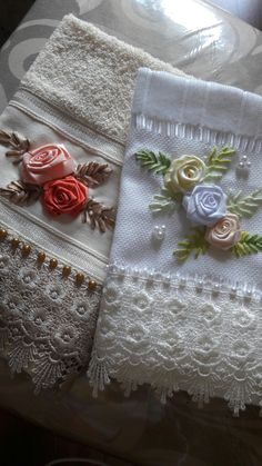 Wonderful Ribbon Embroidery Flowers by Hand Ideas. Enchanting Ribbon Embroidery Flowers by Hand Ideas. Ribbon Embroidery Tutorial, Silk Ribbon Embroidery, Floral Embroidery, Embroidery Stitches, Embroidery Patterns, Hand Embroidery, Embroidery Techniques, Band Kunst, Ribbon Art