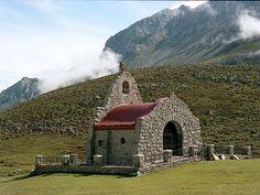 Ermita de la Virgen de la Salud, en los Puertos de Áliva  #Cantabria #Spain Travel Abroad, Cabin, House Styles, World, Building, Religion, Nature, Places To Visit, Old Churches