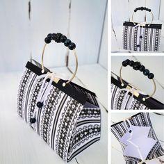 schwarz/weißes täschchen mit gebogenen silberröhrchen & schwarzen perlen als taschengriff...