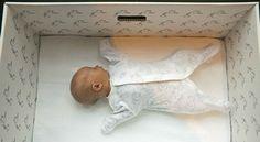 Por qué los bebés de Finlandia duermen en cajas de cartón. .