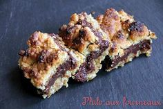 La meilleure recette de Carrés croustillants aux flocons d'avoine & chocolat! L'essayer, c'est l'adopter! 5.0/5 (9 votes), 10 Commentaires. Ingrédients: Ingrédients pour un moule de 26 x 17 cm soit environ 20 carrés : - 113 grs de beurre demi-sel - 170 grs de sucre blond de canne - 1 oeuf - 150 grs de farine - 110 grs de flocons d'avoine (les petits) - ½ cuillère à soupe de vanille en poudre - ½ cuillère à soupe de bicarbonate de soude - 200 grs de lait concentré sucré - 170 grs de chocolat…