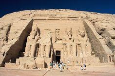 Абу-Симбел, Храм Рамзеса. Скала на западном берегу Нила, в которой высечены два знаменитых древнеегипетских храма во время правления Рамзеса II (прибл. 1298—1213 до н. э.). Находится в Нубии, в 280 км южнее Асуана. Abu Simbel, Ramesses Temple, front, Egypt