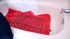 There are a lot of oven cleaning solutions all over the internet, but no one explains how to tackle down grease and grime from those messy oven racks. Cleaning Oven Racks, Self Cleaning Ovens, Household Cleaning Tips, Diy Cleaning Products, Cleaning Solutions, Cleaning Hacks, Diy Cleaners, Cleaners Homemade, Powder Laundry Detergent