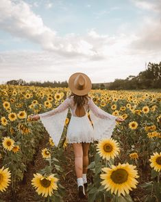 Mesmerizing Ways To Pose With Flowers - Feminine Buzz Poses Photo, Picture Poses, Girl Photography, Creative Photography, Photography Flowers, Sunflower Field Photography, Sunflower Field Pictures, Photographie Portrait Inspiration, Senior Picture Outfits