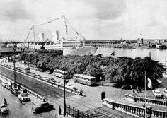 Het Steenplein eind de jaren 1950, rechts linkeroever, met ondermeer het gebouw van de voergangerstunnel.