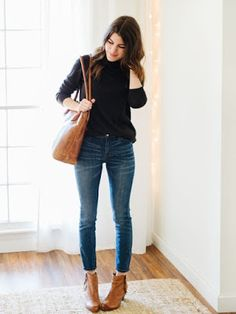 Street style | Simple black sweater, a pair of jeans, leather ankle boots and a matching handbag