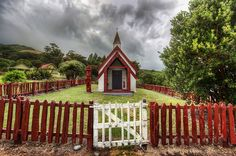 Would love to a small church like this to get married in:) Minus the Maori totem, unless I married in New Zealand. Old Country Churches, Old Churches, Abandoned Churches, Beautiful Places, Beautiful Pictures, Nature Pictures, Amazing Places, Travel Pictures, Travel Photos