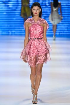 Tecido cintilante e transparente, cintura marcada e saia rodada neste vestidinho incrível da Iódice.