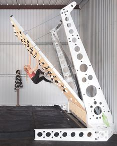 Home Gym Garage, Gym Room At Home, Climbing Holds, Rock Climbing, Indoor Climbing Wall, Bouldering Wall, Outdoor Gym, Gym Design, Academia