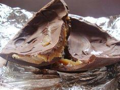 Descrição Chocolate moldado em formato de ovo, com casca recheada de doce deleite artesanal e geléia de maracujá também artesanal, embalado em papel chumbo, revestido com embalagem típica de ovos de páscoa. Aproximadamente 500g de chocolate...