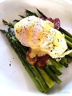 Eggs Benedict with Asparagus Recipe - This Eggs Benedict with Asparagus makes a delicious recipe for breakfast, brunch or even a light supper!