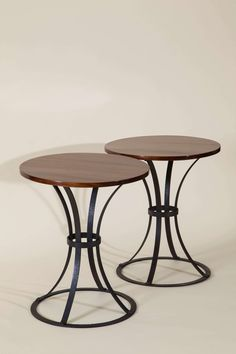 Pierre CHAREAU (1883-1950) PAIRE DE GUERIDONS BEAUVALLON à plateau rond en acajou sur piètement en fer forgé à quatre lamelles courbes sur socle plat rond et entretoise circulaire. Haut. 63 cm. (24.8 in.) - diam. 54,5 cm. (21,5 in.) Pierre Chareau, Outdoor Tables, Outdoor Decor, Art Nouveau, Buffet, Arts And Crafts, Outdoor Furniture, Home Decor, Round Tray