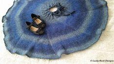 Strikk et morsomt skjørt som barnet ditt vil elske Free Knitting, Knitting Patterns, Crochet Patterns, Barnet, Tree Skirts, Knit Crochet, Christmas Tree, Holiday Decor, Crafts