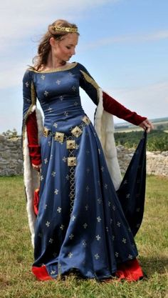 Medieval gown [ADHNote: I think I have already pinned this but just in case because it is SO lovely! See even as a little winkie thing when I always drew dresses in blue red and green I was subconsciously tapping into my undiscovered love of middle-ages g Renaissance Mode, Renaissance Costume, Medieval Costume, Renaissance Clothing, Medieval Fashion, Victorian Fashion, Medieval Dress, Medieval Gothic, Historical Costume