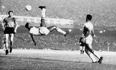 Edison Arantes do Nascimento, conosciuto da tutti come @Pelé, nasceva in Brasile 75 anni fa. Ancora oggi è l'unico calciatore al mondo ad aver vinto tre volte il Campionato Mondiale di Calcio, oltre a detenere il record di reti realizzate in carriera! #NeverStandStill