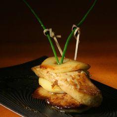Foie gras poêlé aux poires Seafood Platter, French Food, Food Presentation, Charcuterie, Fine Dining, Love Food, Appetizer Recipes, Entrees, Tapas
