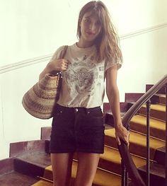 Tee-shirt vintage + mini jupe en jean + cheveux détachés + lipstick rouge = le bon mix (instagram Jeanne Damas)