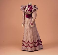 Theater dress, worn by Queen Wilhelmina of the Netherlands Made by Ludwig Zwieback & Bruder (tailor). Het Loo Palace (on loan from the Royal Collections, The Hague. 1890s Fashion, Royal Fashion, Victorian Fashion, Vintage Fashion, Historical Costume, Historical Clothing, Victorian Era Dresses, Edwardian Era, Evolution Of Fashion