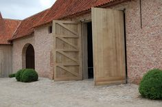 contemporary oak barn doors - Stuyts - Realisaties Oak Frame House, Farm Barn, Pool Houses, Garage Doors, Barn Doors, Barn Renovation, Mansions Homes, Wooden Doors, Stone Houses