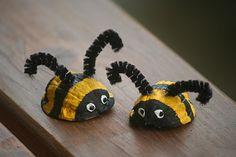 Figuras de animales realizadas con cáscaras de nuez. Una manualidad para niños muy sencilla.
