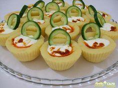 Salatalarınızı şıklaştırmak için çok kolay bir süsleme... Havuç ve salatalık dilimlenir,bir üçgen d...
