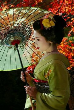 Find images and videos about japan, kimono and geisha on We Heart It - the app to get lost in what you love. Japanese Beauty, Asian Beauty, Fotografie Portraits, Geisha Art, Geisha Japan, Geisha Makeup, Memoirs Of A Geisha, Art Asiatique, Japanese Kimono