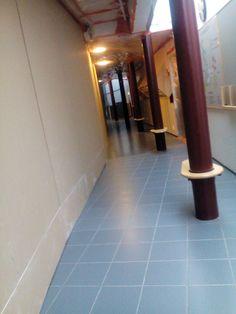 Täällä on käytävä, josta mentiin pukukopeille joka on puoliksi eristetty jotta rakennuspölyt ei leviä!