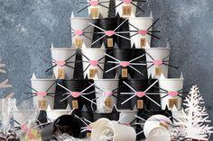 Diesen oberniedlichen Adventskalender kannst du ganz leicht aus Pappbechern selber machen und damit nicht nur Katzenfans eine Freude machen. Miau!   Als November 2019, Angry Birds, Advent Calendar, Holiday Decor, Party, Blog, Winter, Cat Birthday, Stocking Stuffers