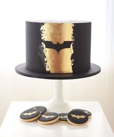 Guard the night 🦇💛 Buttercream Cake, Fondant Cakes, Cupcake Cakes, Cupcakes, Batman Grooms Cake, Cake Design For Men, Superman Cakes, Superhero Cake, Novelty Cakes