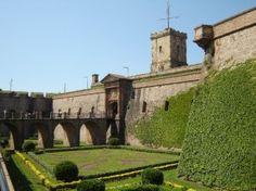 Este Castillo (siglo XVII) está situado sobre una cima de su mismo nombre y que domina la ciudad de Barcelona. En sus origenes fue mandado construir en tiempos de Felipe IV. En él murió fusilado Francesc Ferrer i Guardia durante las revueltas de la Semana ...