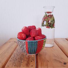 [Gourmandise & astuce anti-gaspi]  Je ne sais pas vous, mais mes fruits et légumes préférés poussent à la belle saison. En ce moment, je me gave littéralement de tomates, concombres, fraises... et vivement les cerises et les abricots tout prochainement !  Les fraises, qui sont à l'honneur de ce post, sont aussi un allié de choix dans la santé de la peau : elles sont très riches en vitamine C et en antioxydants. Et en bonus, elles contiennent aussi très peu de sucre (indice glycémique… Moment, Strawberry, Green, Beauty, Instagram, Salads, Cucumber, Tomatoes, Sugar