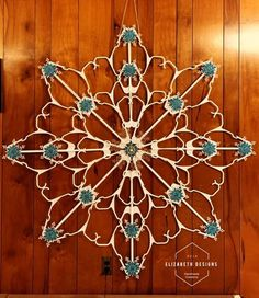 Diy Christmas Snowflakes, Winter Christmas, Christmas Wreaths, Christmas Ornaments, Dollar Tree Crafts, Christmas Projects, Holiday Crafts, Hanger Crafts, Idee Diy